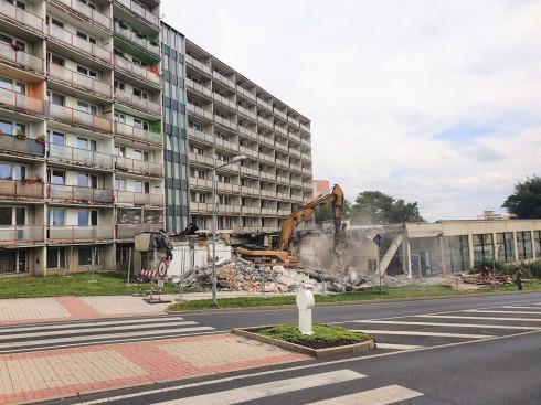 Bouráním auly vzniká v Litvínově zelené prostranství